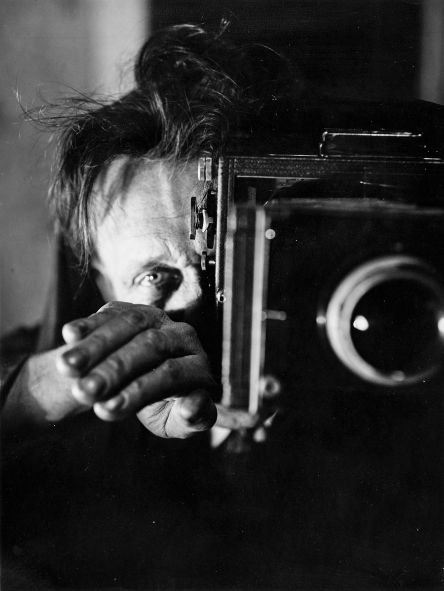 Willi Ruge, Could I Ask You To Step Slightly To The Left. From: The Man Behind The Camera. A Play Of Expressions In 16 Pictures, 1930s © IBA-Archive/KEYSTONE
